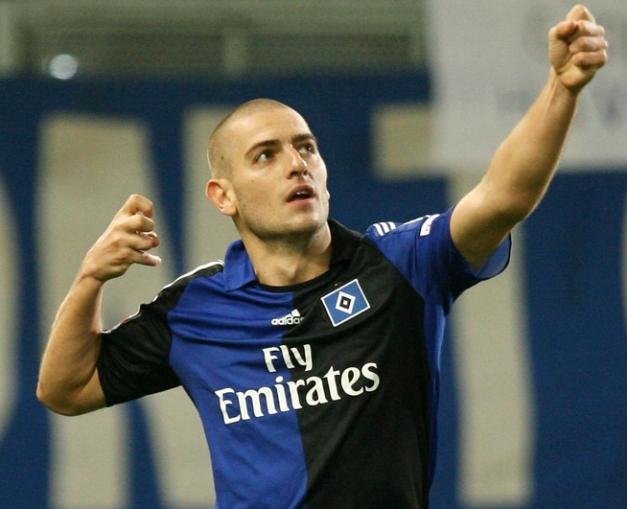 Petric comemora o gol do Hamburgo nessa linda camisa preto e azul